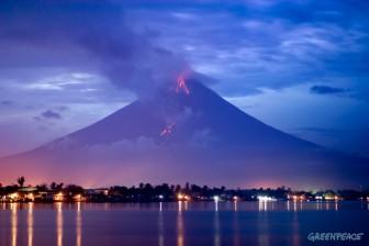 Mayon Volcano erupting above Legazpi City, Philippines. 25/08/06
